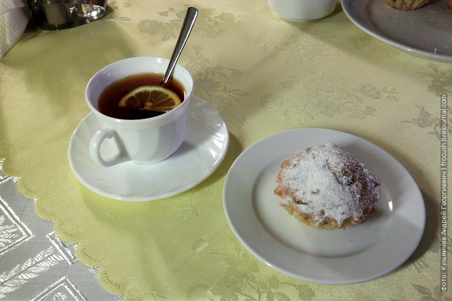 Кекс творожный, чай с сахаром и лимоном