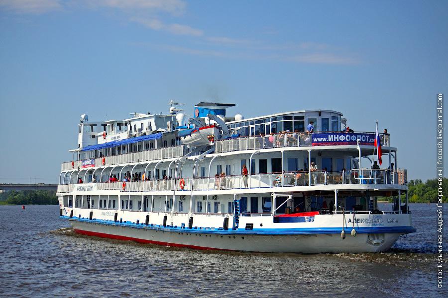13 июня 2011 года. Теплоход «Александр Бенуа» идет в Москву по Клязьминскому водохранилищу