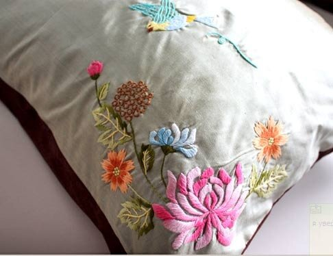 Красивая вышивка на подушке 951