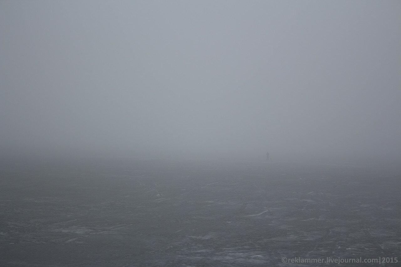 киевское море в тумане, море во льду, рыбак ходит по льду