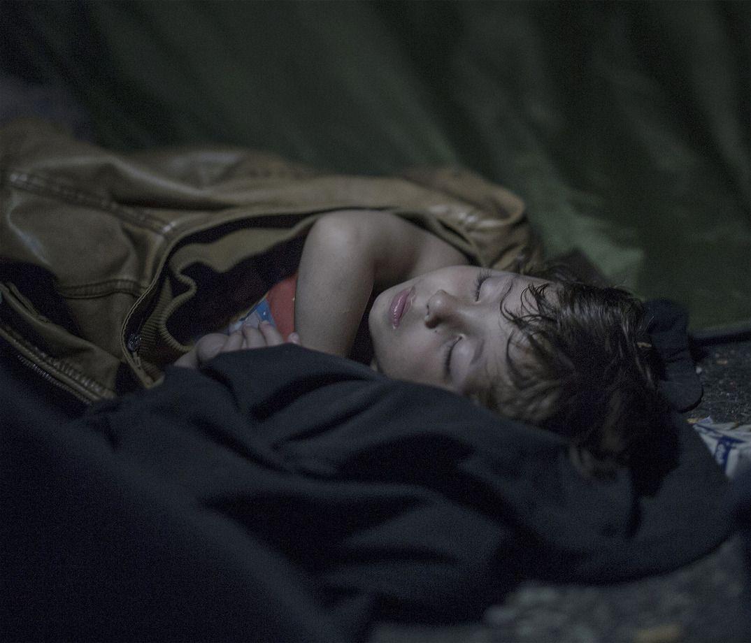 11. Годовалый Махди спит в Хоргоше, Сербия. Он и его семья не могут перебраться в Венгрию.