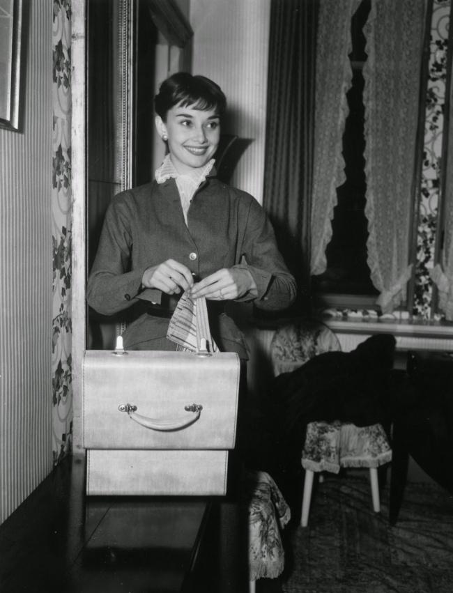 Одри Хепберн в ее номере отеля в Риме. Октябрь 1952 г.
