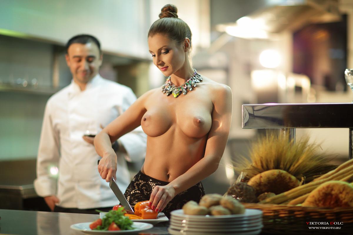 Эротическая фотка девушки на кухне 13 фотография
