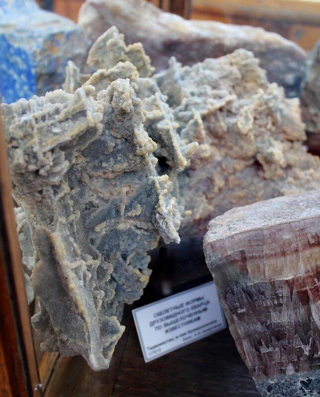 Скелетные формы друзовидного кварца по выщелоченным известнякам