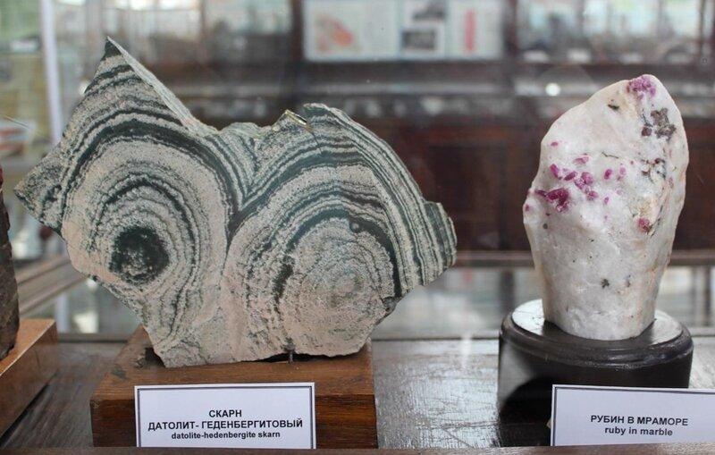 Скарн датолит-геденбергитовый; рубин в мраморе
