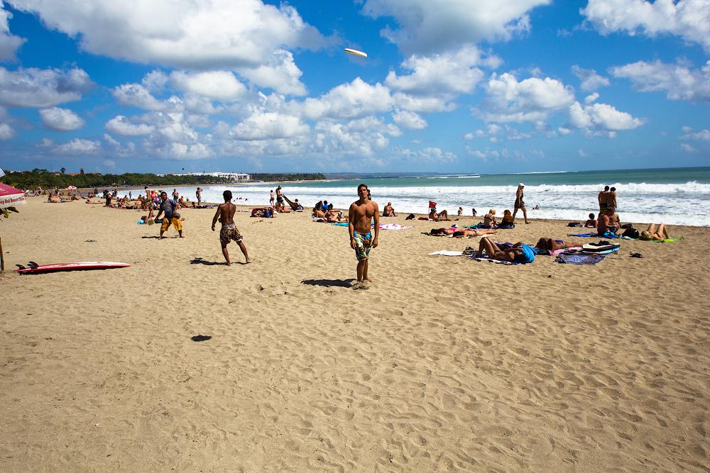 Жарким летом русские парни снимают девок на пляже, пьяный лижет русской