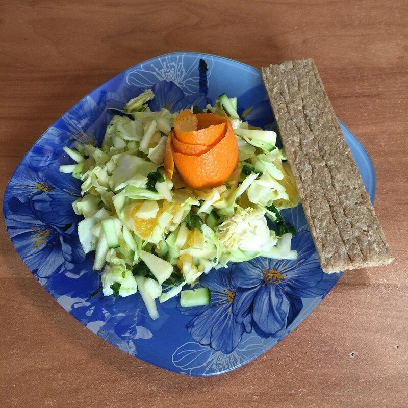 Салат из ранней капусты с апельсином
