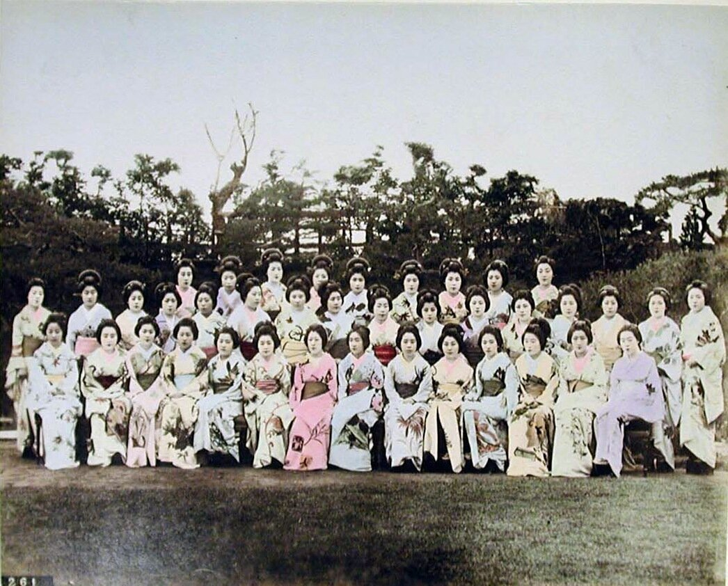 Большая группа женщин