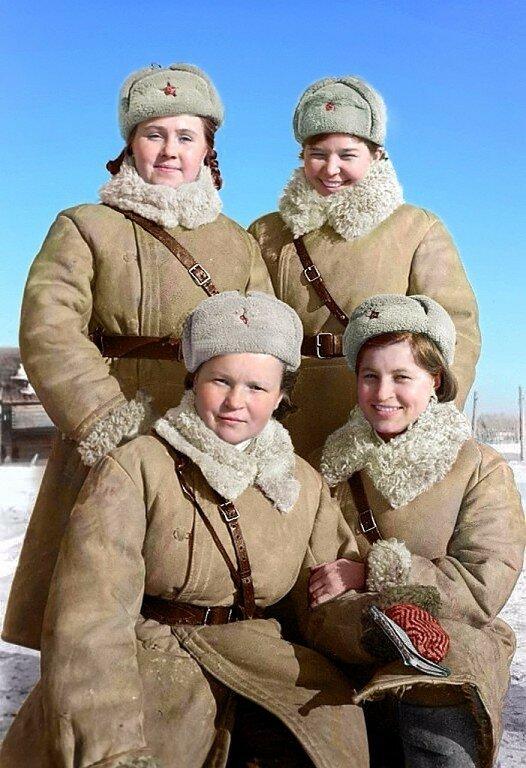 Девушки-регулировщицы. Волховский фронт. Фото 1 января 1943 года.jpg