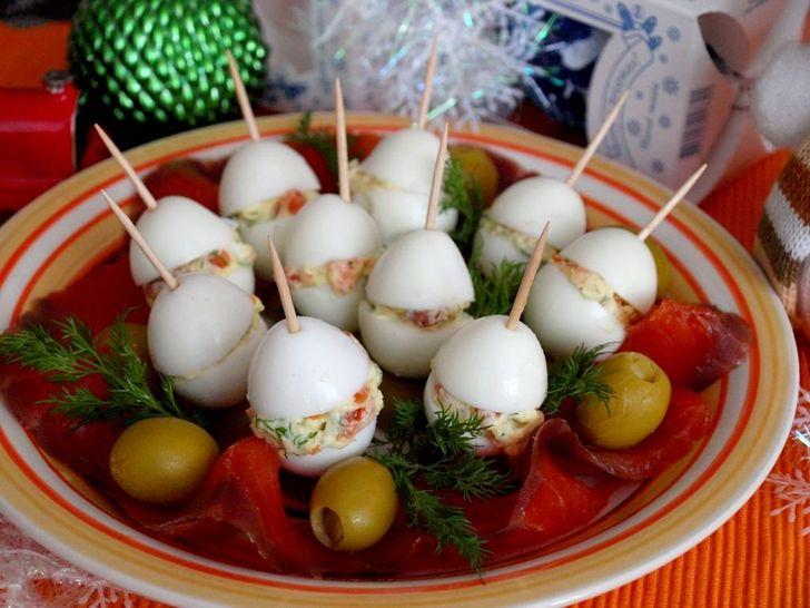 2. Фаршированные перепелиные яйца с семгой Вам понадобятся: 10 перепелиных яиц 2 ст. л. сыра сливочн