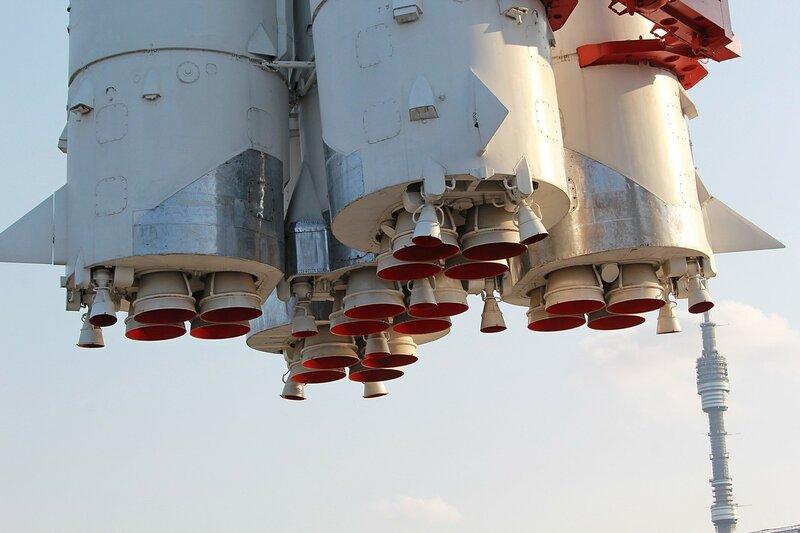 Дюзы ракеты Восток на ВДНХ и шпиль Останкинской телебашни