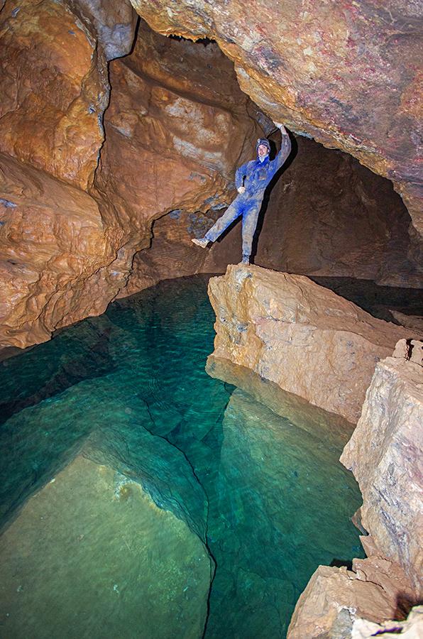 Тониус у подземного озера