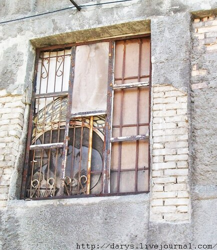 Ленин за решеткой дворцового окна