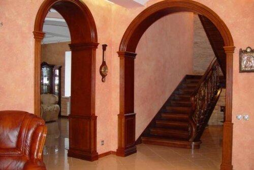 Круглый дверной проем в оформлении квартиры