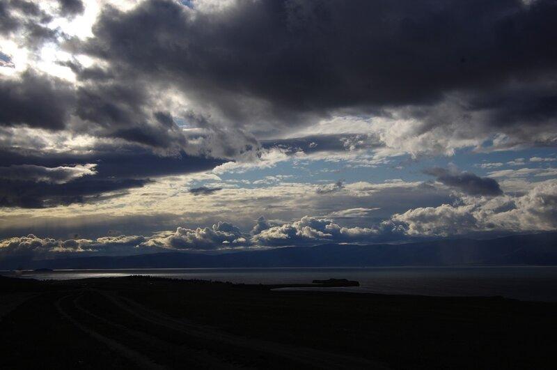 небо над Крокодилом, уплывающим с Ольхона в Байкал...
