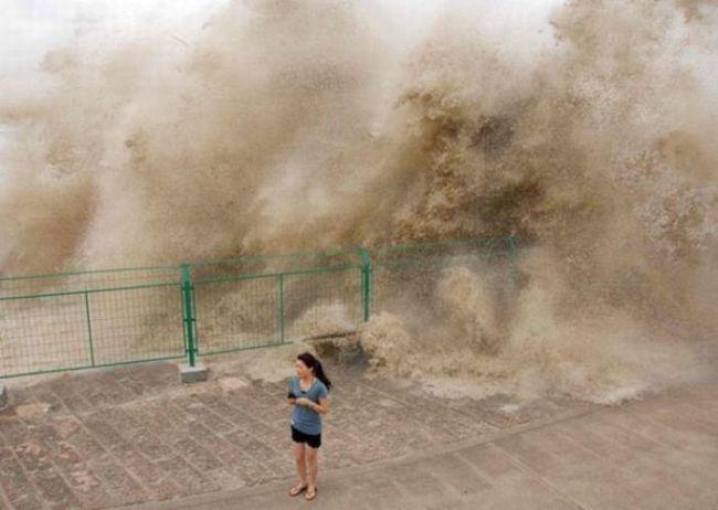 Картинки Смехота-21 огромная волна накрывает девушку: