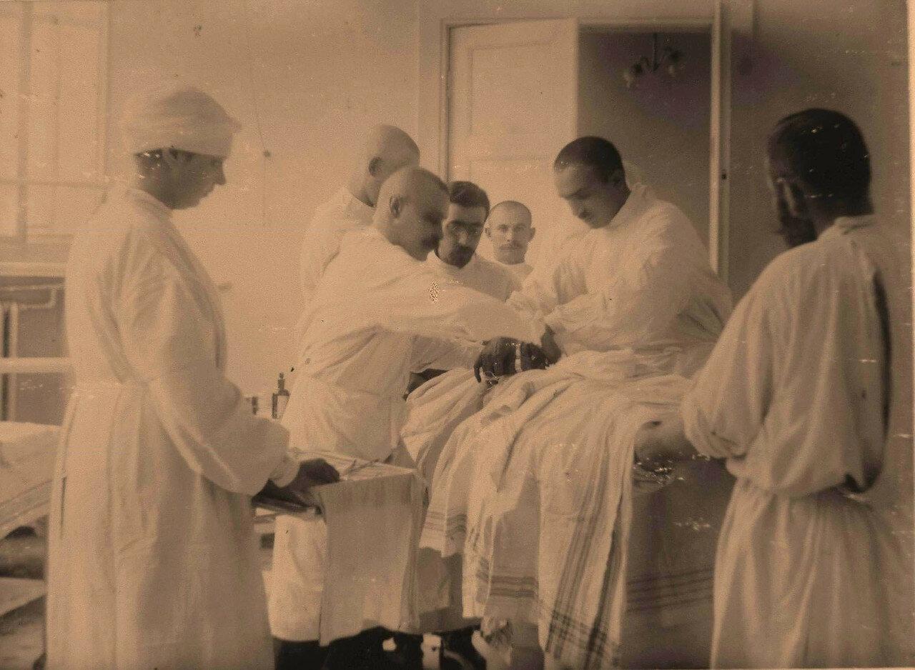 15. Группа врачей во время проведения полостной операции