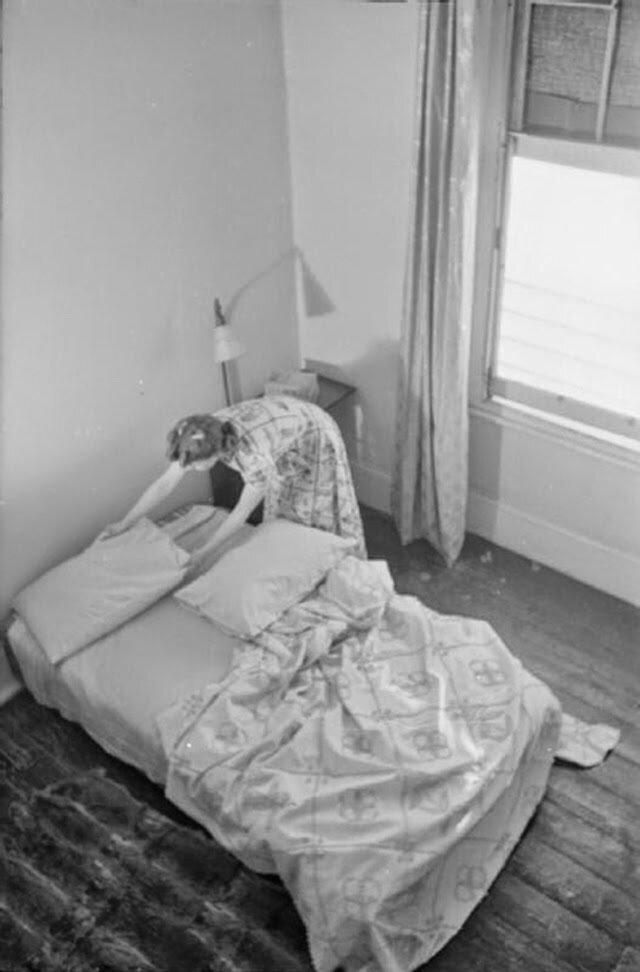 14. Перед уходом на работу Оливия застилает кровать в подвале своего дома