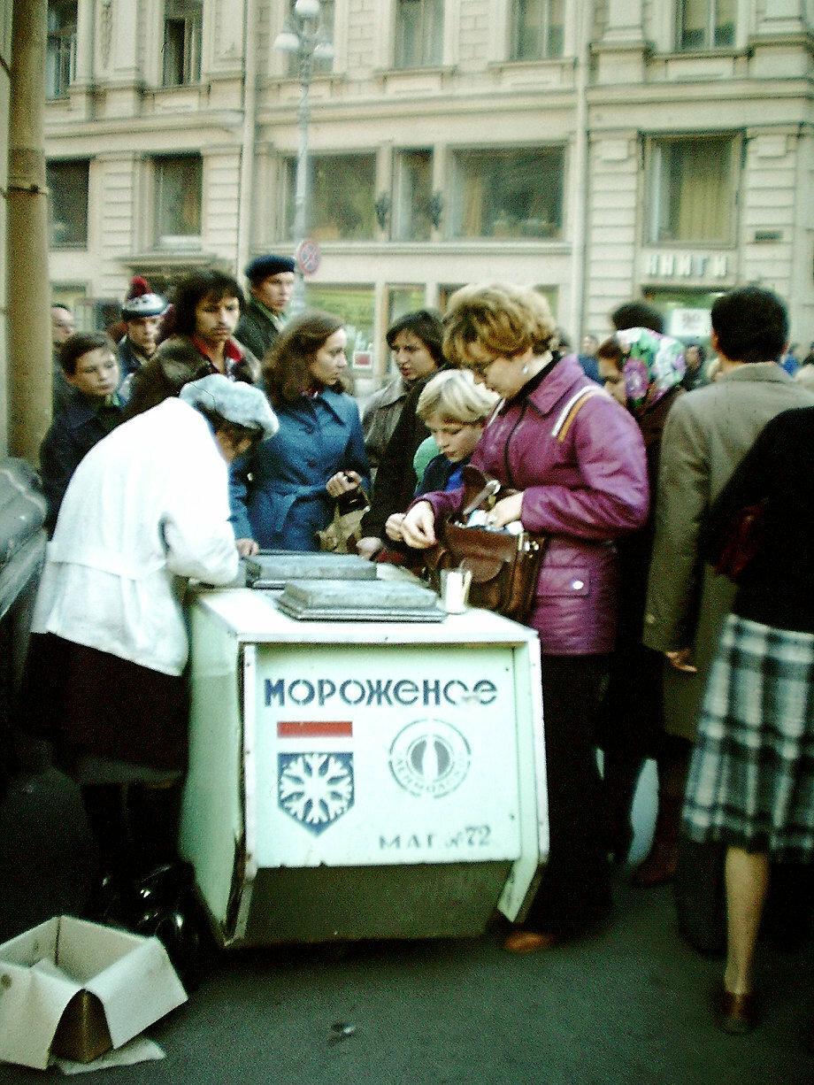 Мороженое (Moroshjenoje) продается в России в зимние месяцы прямо на улицах города. На снимке октябрь месяц