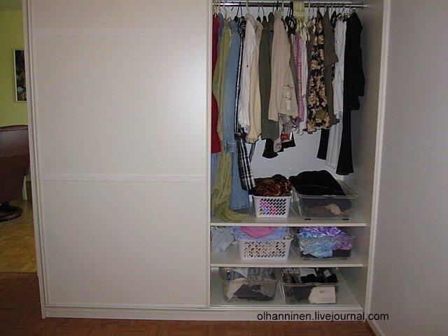 Шкаф стоит на ровном полу
