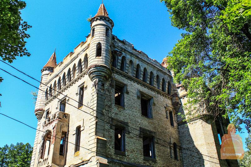 Часть дома очень походит на средневековый замок
