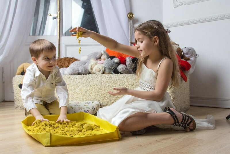 Дети и пластичный песок