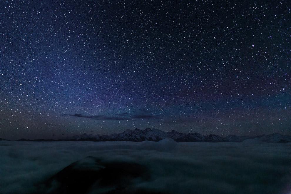 20. — Самые красивые звёзды, — тихо сказал Берен — зимней ночью в горах. Если лечь на спину, в густо