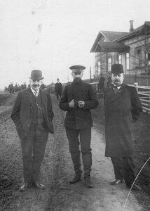 Члены следственной комиссии перед домом, в котором происходил суд над убийцами М.Я.Герценштейна.
