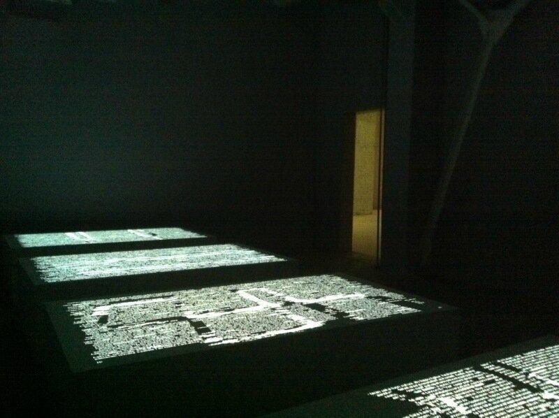 Второй этаж начинается с темноты и букв