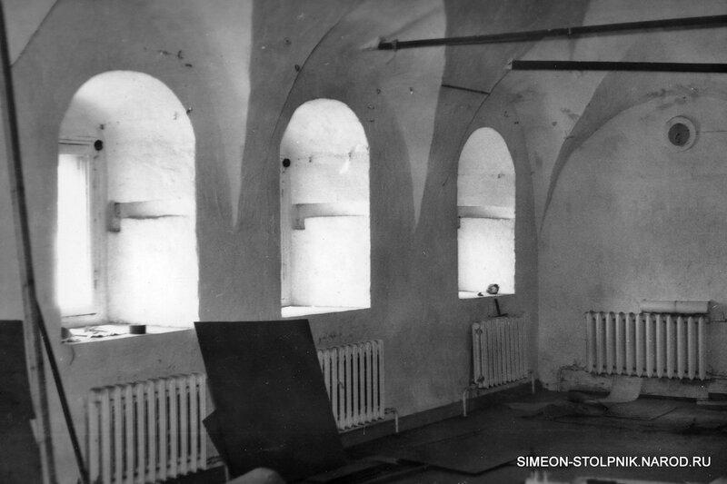 Храм после передачи Русской Православной Церкви в 1991 году. Придел в честь прп. Симеона Столпника.