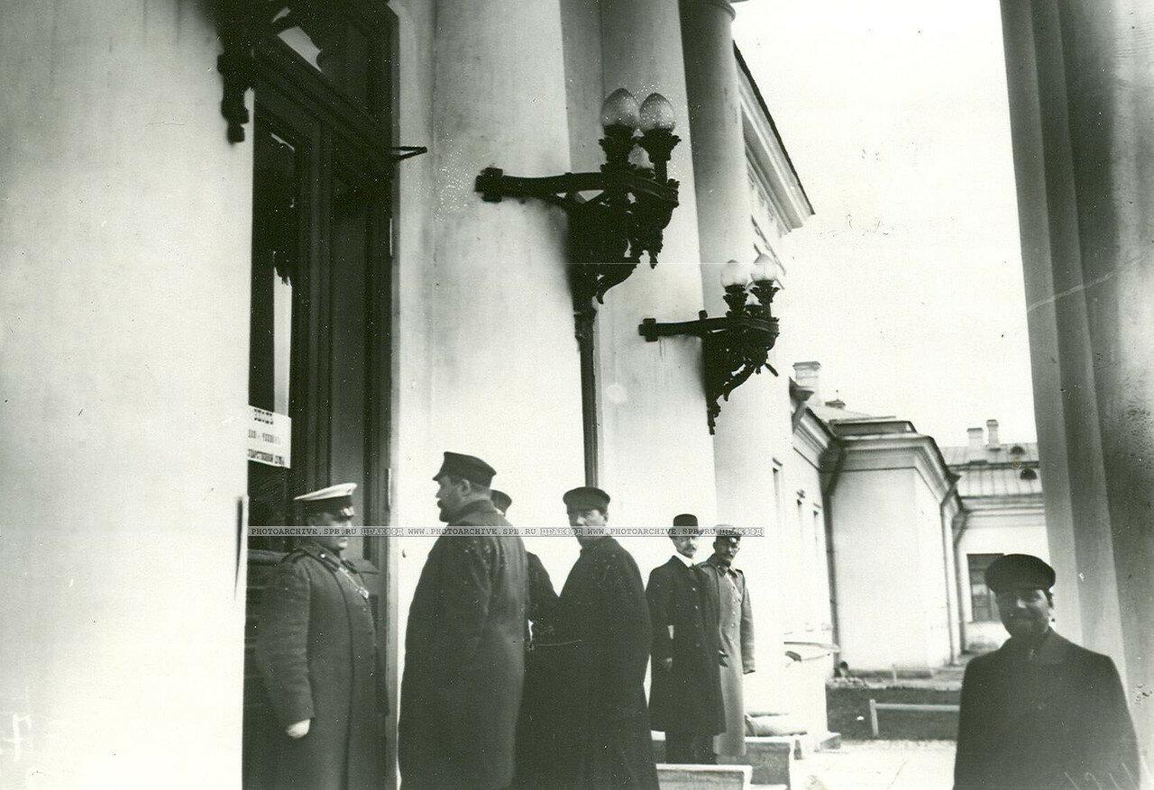 10. Полиция у Таврического дворца в день открытия заседания Второй Государственной думы