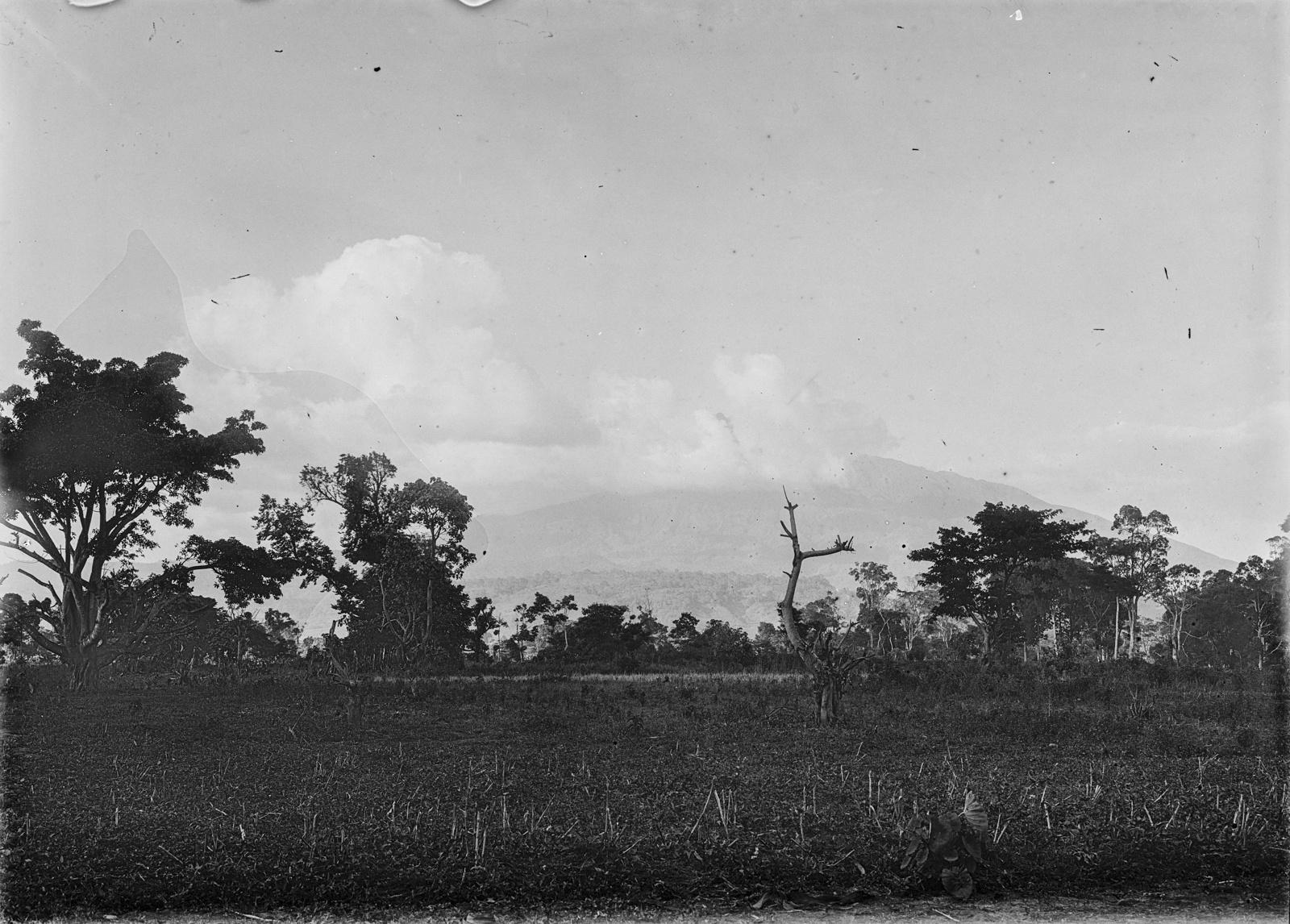 216. Вид на сельскую местность вокруг горы Меру