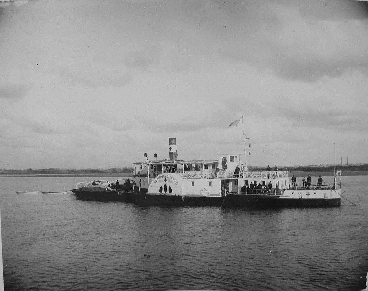 48. Один из пароходов (четырнадцатый), обслуживающий плавучие баржи-лазареты