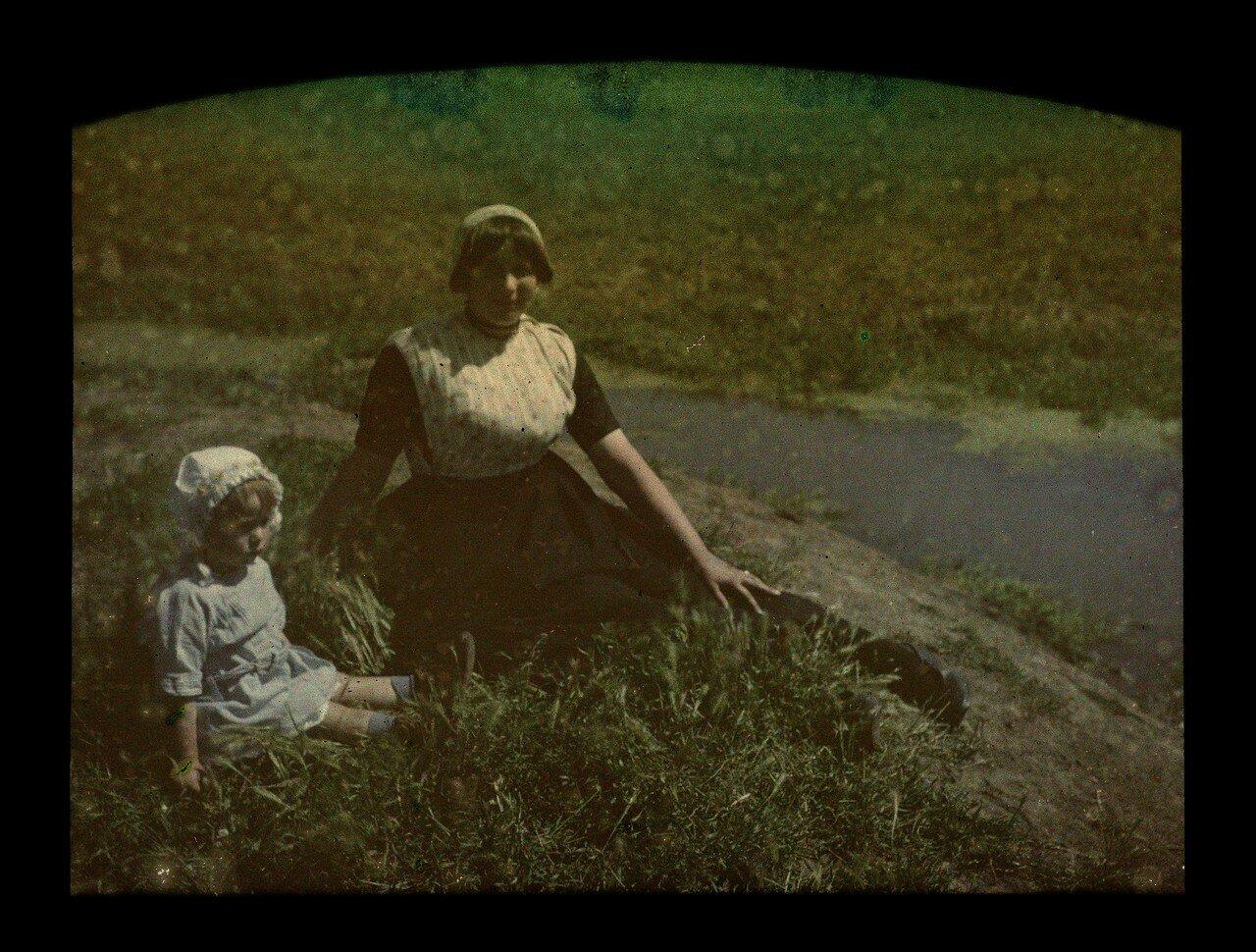 1919. Женщина с ребенком сидят в траве, Роттердам