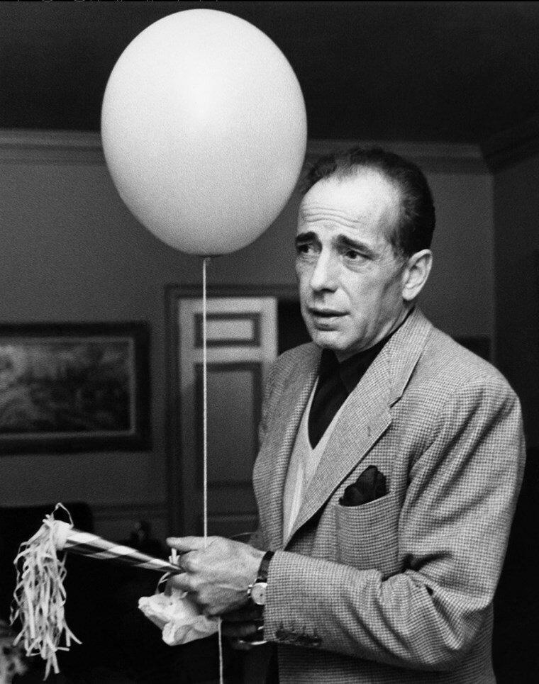1952. Хамфри Богарт на вечеринке по случаю дня рождения Лайзы Минелли в доме Айры Гершвин, Беверли-Хиллз