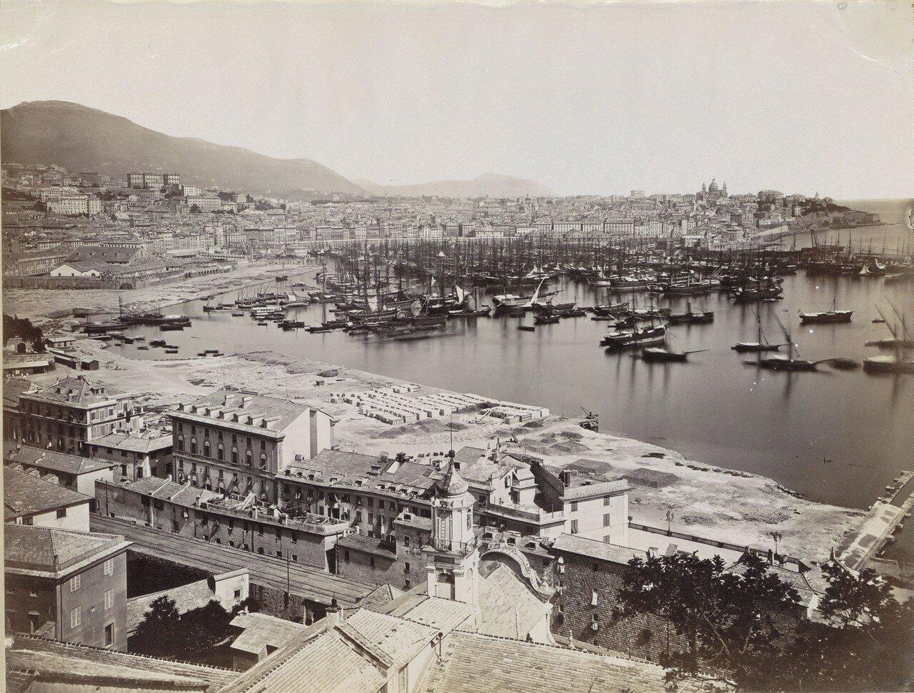 Панорама зданий и судов в порту Генуи