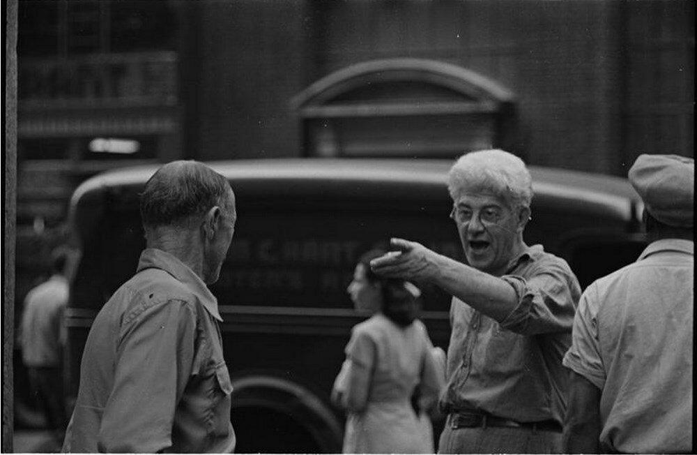1946. Разговор на улице