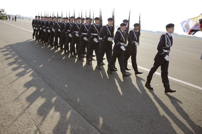 Оффтоп из Европы German troops walk on the Tegel airport