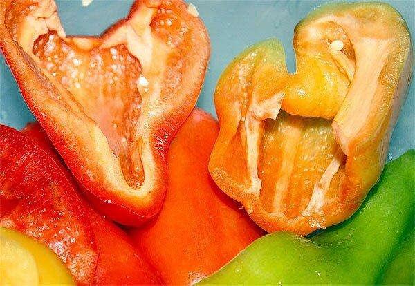 болгарский перец, подготовленный для снятия шкурки