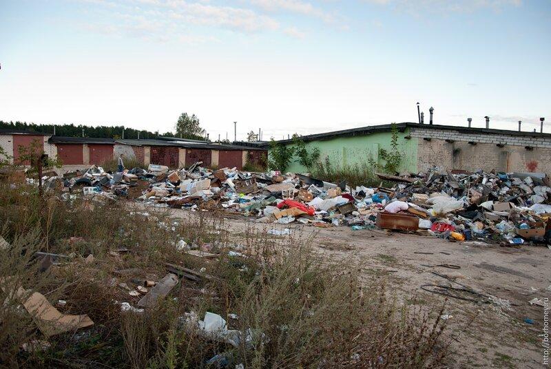 мусор в гаражах на Зернова