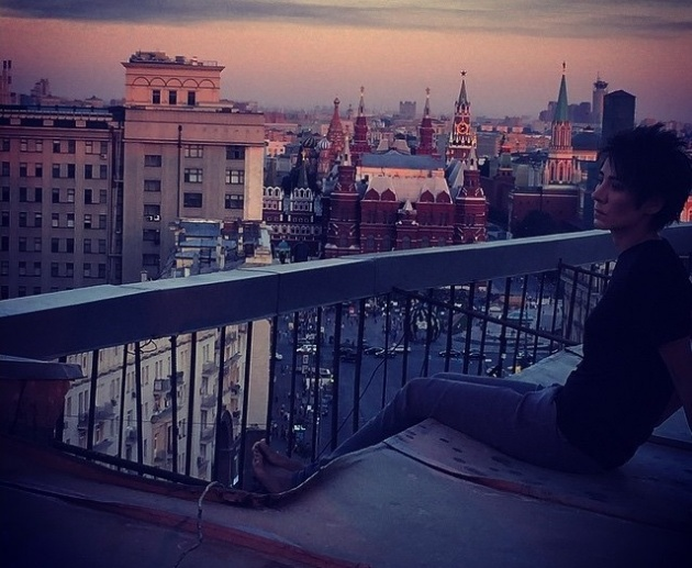 Рената Литвинова выложила в Инстаграм фото Земфиры, которая гуляет по столичным крышам