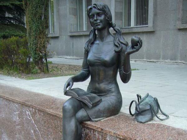 памятник студентке