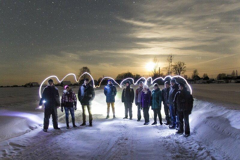 Участники астрономического выезда в Жданухино в свете луны окаймлённые замороженным светом