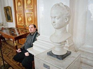 Любуясь Александриной Д'Этиоль (скульптура, человек, Эрмитаж)