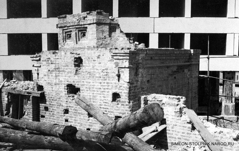 Разрушенная колокольня на фоне строящегося высотного дома.