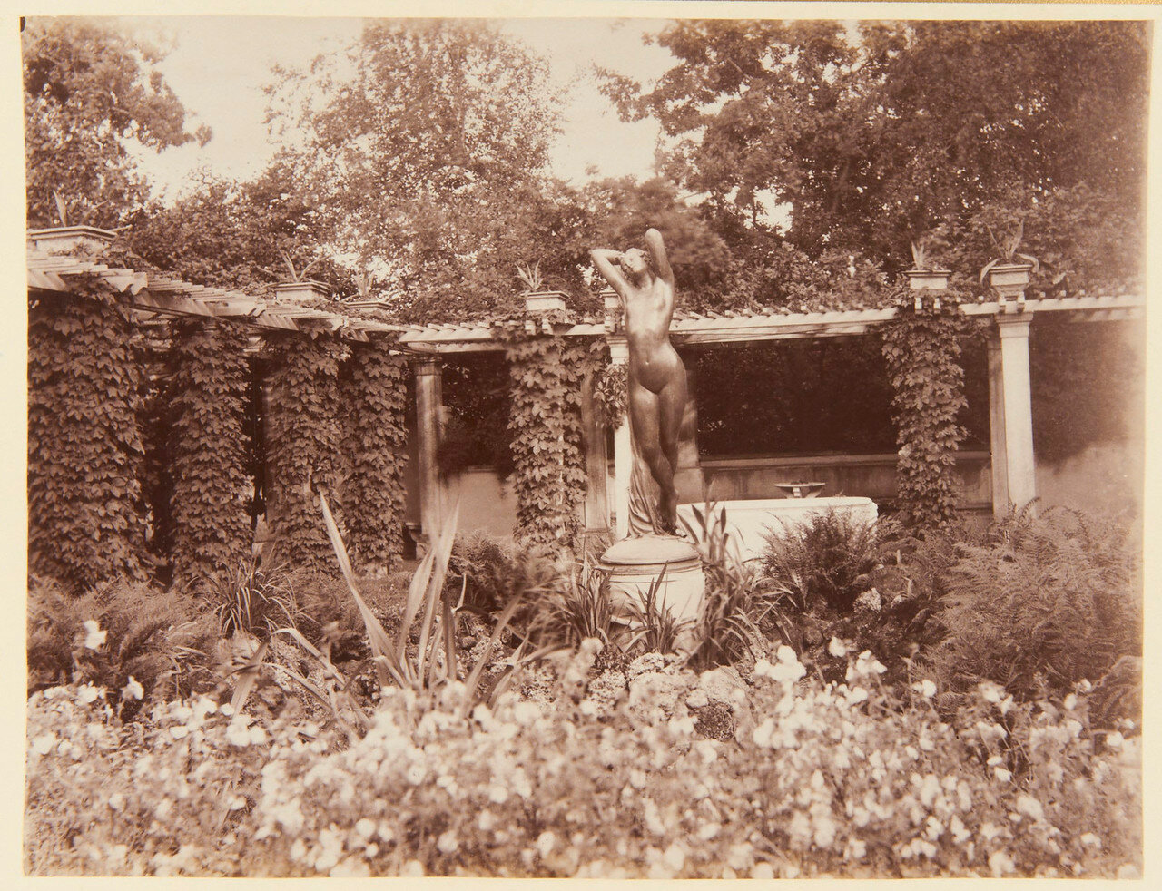 45. Статуя обнаженной женщины в саду Фермерского дворца