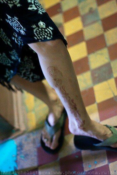 Арабский рисунок хной на женской ноге