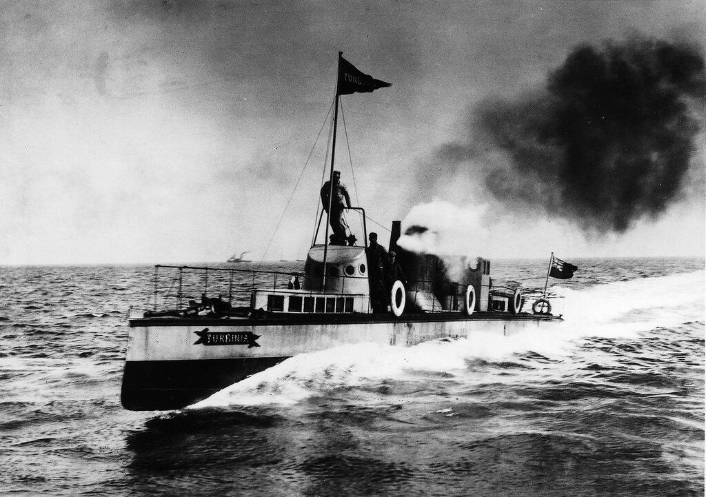 Turbinia at speed in 1897