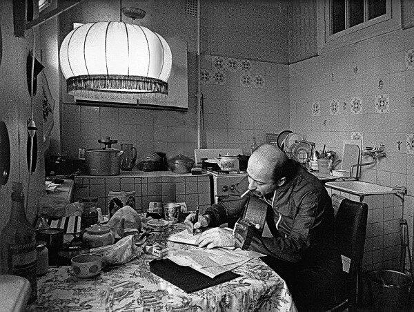 Александр Розенбаум дома на кухне за работой. Ленинград,1 декабря 1986 года.