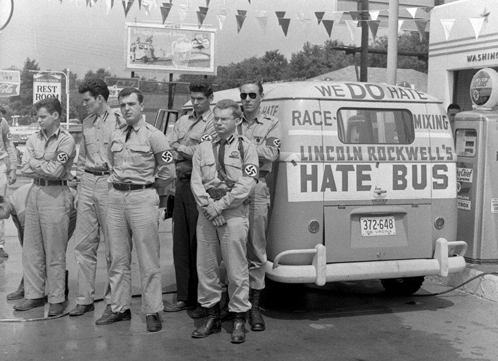 """Джордж Линкольн Роквелл, самозваный лидер американской нацистской партии, ( в центре,) и его """"автобус ненависти"""" в компании молодых мужчин, на автозаправке в Монтгомери, штат Алабама, 23 мая 1961 года"""